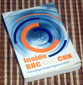 Lucy Kung-Shankleman: Inside BBC and CNN: Perbandingan Budaya Organisasi Media