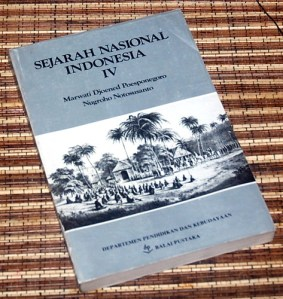 Marwati Djoened P & Nugroho N: Sejarah Nasional Indonesia, IV