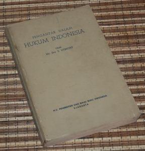 E. Utrecht: Pengantar dalam Hukum Indonesia, Cetakan I